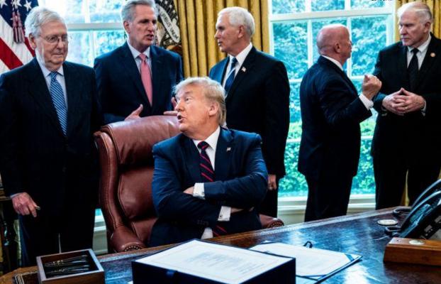 特朗普周五在白宫举行的法案签署仪式上。